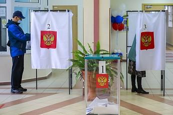 Представитель «Сургутнефтегаза» Валерий Голодюк предварительно забирает один из мандатов Тюменской областной думы